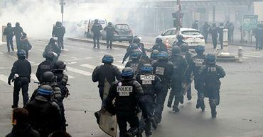 В Париже на акции протеста задержали более 60 человек.