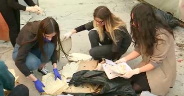Ученики Республиканского музлицея помогают спасти партитуры из филармонии после пожара.