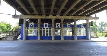 Размещение рекламных панно, а также других самодельных конструкций на мостах запрещено.