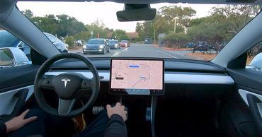Владелец Tesla дистанционно запер угонщика в электрокаре.