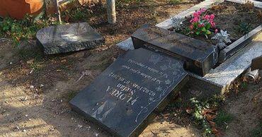 На кладбище в Дурлештах вандалы разрушили могилу.