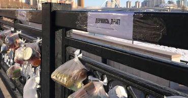 В Казахстане жители оставляют на улицах для бездомных пакеты с продуктами.