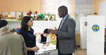 Дерек Хоган и посольство США в Кишиневе наблюдают за выборами.