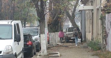Водителя не остановили ни пешеходы, ни разбитая дорожка,ни наличие ступенек у входов в здания.
