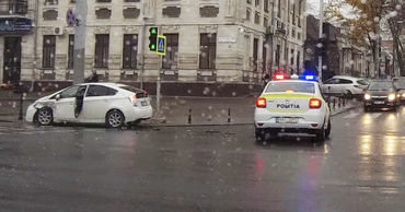 Момент аварии с участием машины полиции в центре Кишинева попал на видео.