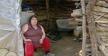 На окраине Кишинёва мать с двумя детьми 12 лет живут в землянке.