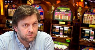 Депутат просит власти запретить рекламу азартных игр и табачных изделий.