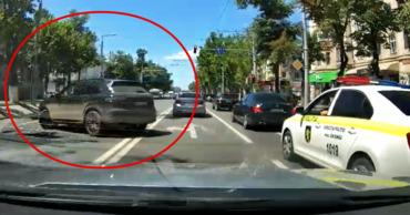 В Кишиневе полиция проигнорировала грубое нарушение ПДД водителем Porsche.