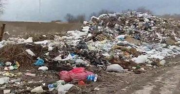 В Сурученах незаконная свалка расширяется, загрязняя воду и атмосферу.