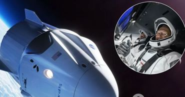 Корабль Crew Dragon с астронавтами NASA возвращается на Землю.