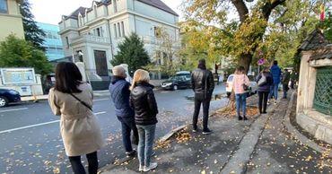 В Румынии граждане Молдовы выстроились в очередь, чтобы проголосовать.