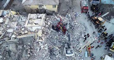 Камеры засняли момент начала смертельного землетрясения в Турции.