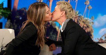 Дженнифер Энистон поцеловала телеведущую в губы в прямом эфире.