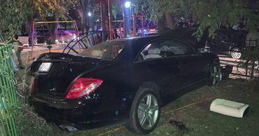В Кишиневе Mercedes влетел в забор детской площадки, сбив двух людей.