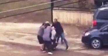 В Румынии две женщины подрались из-за места на парковке.