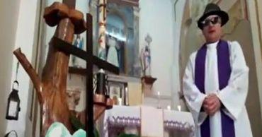 Священник из Италии рассмешил прихожан во время онлайн-службы.