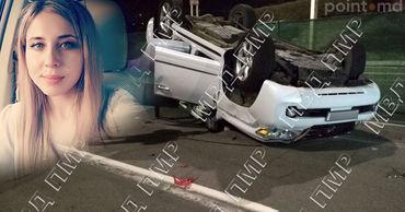 Машина ударилась о бордюр, после чего внедорожник перевернулся. Фото: Point.md