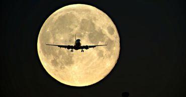 """Австралийская авиакомпания начала продавать билеты на """"лунный рейс"""""""