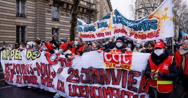 Сотни человек протестовали в Париже против сокращений и закона о безопасности.