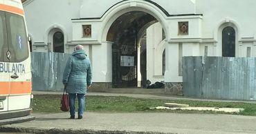 Во дворе столичной церкви обнаружили мертвого мужчину.