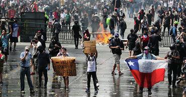 Ситуацию осложняют протесты, не прекращающиеся в стране больше месяца.