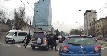 Момент задержания посреди улицы в Кишинёве попал на видео.