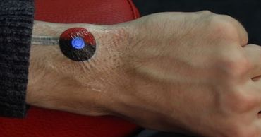 """Google экспериментирует с голографическими очками и """"умными"""" татуировками."""