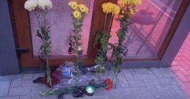 В Каушанах люди приносят цветы в память о погибших в аварии.