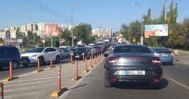 На многих улицах Кишинева образовались километровые пробки.