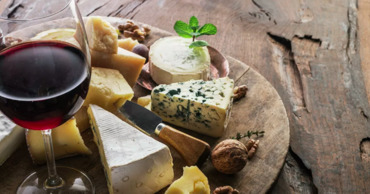 Ученые придумали, как делать вино и сыр с помощью сорной травы.