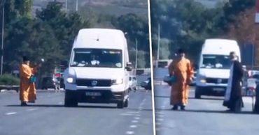 У КПП Леушены посреди дороги люди в рясах освятили машины. Коллаж: Point.md