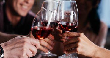 Даже один небольшой бокал вина по вечерам увеличивает риск развития аритмии на 17%.