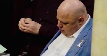 """Народный депутат от партии """"Слуга народа"""" Николай Стефанчук уснул во время заседания Верховной рады."""