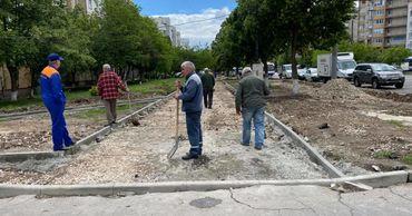 Ремонт тротуара на улице Алба-Юлия обещают завершить до конца недели.