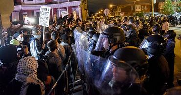 В охваченной протестами Филадельфии введен комендантский час.