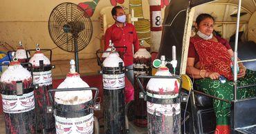 На улицах индийских городов волонтеры создают кислородные лагеря.