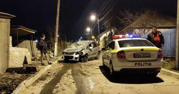В Гратиештах автомобиль получил серьезные повреждения, въехав в забор.