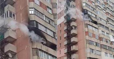 В многоэтажном доме в столице произошел пожар.