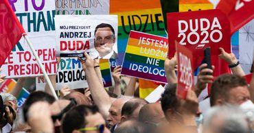Президент Польши хочет закрепить в конституции запрет усыновления детей однополыми парами.