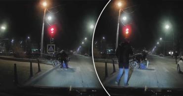 В Кишиневе водители помогли мужчине забраться в инвалидное кресло.