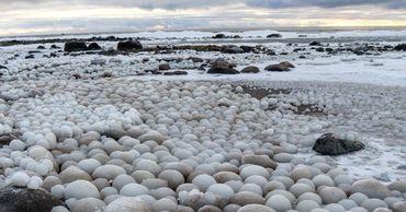 Весь берег оказался усыпан ледяными шарами яйцеобразной формы.