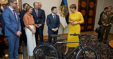 Президент Эстонии подарила Зеленскому электровелосипед.