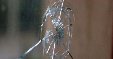 В Бендерах мужчина стрелял по воробьям, а попал в окно.