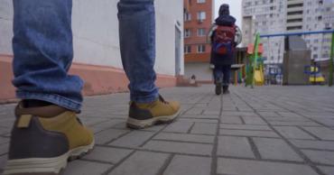 Если ребенок заметил, что кто-то за ним следит, он должен перейти в более людное место.