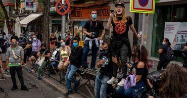 В Мадриде прошли акции против новых ограничений для сдерживания коронавируса.