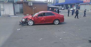 В столице произошло ДТП: легковой автомобиль сбил мотоциклиста.