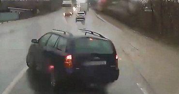 Опасный манёвр: легковушка оказалась на пути грузовика.