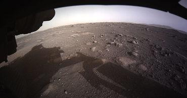 NASA опубликовало первые цветные фото с Марса.
