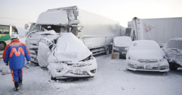 В Японии из-за снегопада столкнулись более 130 машин.