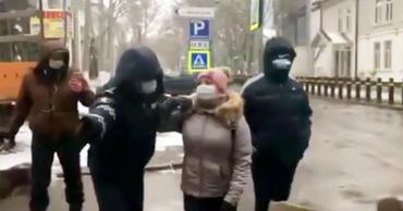 Протест у Минюста: участница акции попыталась заблокировать дорогу.